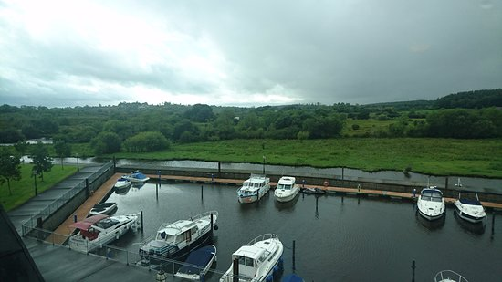 Leitrim, Irland: outside the hotel at the marina