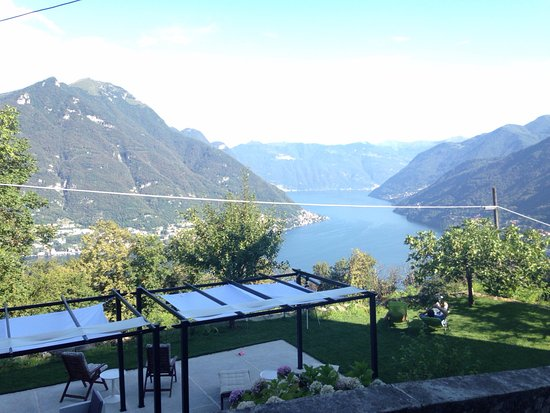 Faggeto Lario, Italia: Front view from B&B Guest House Essentia