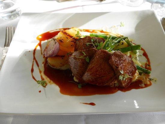 모스, 노르웨이: 메인 코스 중 하나인 소고기 등심 요리