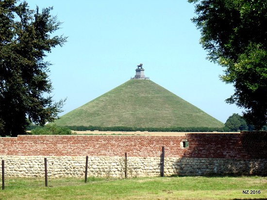 Waterloo, Belgia: The lion mound taken from the orchard inside the farm walls.