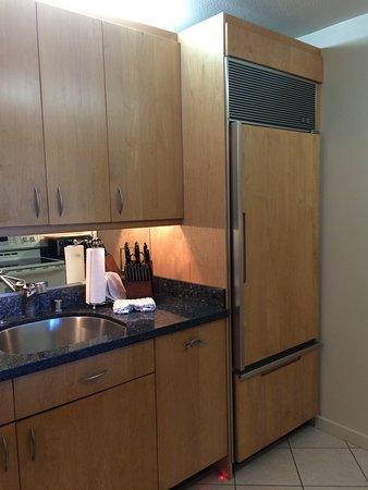 Mahina Surf: Küche mit großen Kühlschrank
