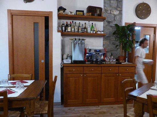 Pigna, Ιταλία: Anrichte und Küchenzugang