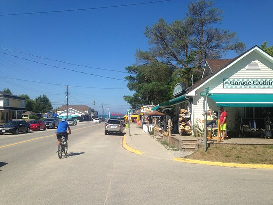 Lakeview Motel & Cottages: Sauble Beach centre