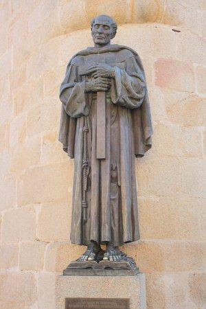 No olvides besar los pies a la estatua de San Pedro de Alcántara para pedir deseos