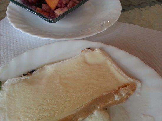 Saint-Meard-de-Gurcon, France: deux desserts offerts dans le menu à 29 euros