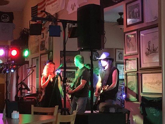 Corbin City, Нью-Джерси: Live band.