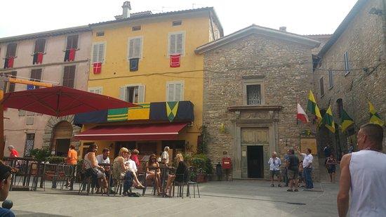Montone, Itália: Veduta della piazzetta.