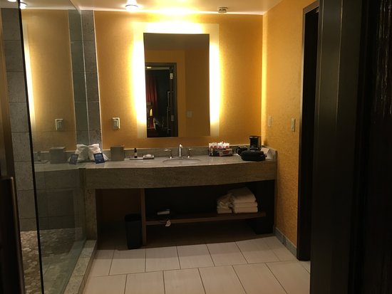 All suite tower picture of hard rock hotel and casino for Bathroom suites direct