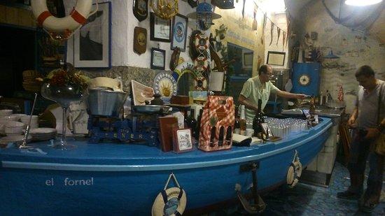 El Fornel : il banco nell'interno del locale , come una barca