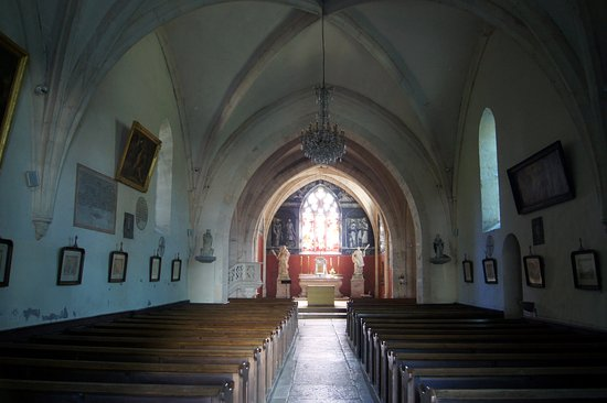 ‪‪Chambolle-Musigny‬, فرنسا: Barn like ribbed nave w/ stations of the cross‬