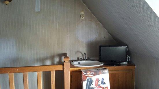 Chateau Chinon, Francia: Voilà ce que l'on a pour 55euros la nuit  Les chambres ne sont pas faites les lits sont ignobles