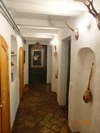 Morahalom, Ungarn: Couloir menant à la salle de bains, aux toilettes et à la chambre du petit appartement.