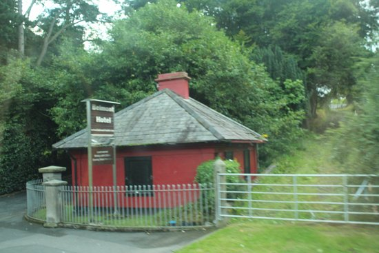 Banbridge, UK: Gatehouse by the road.