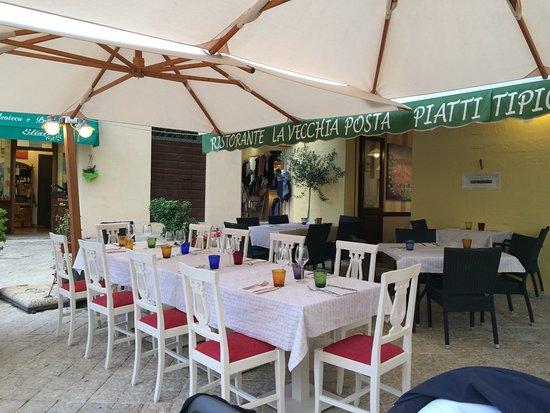 Trevi, Italia: vista dei tavoli all'aperto