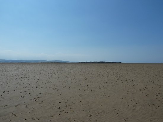 Уиррал, UK: The walk to Hilbre Island.