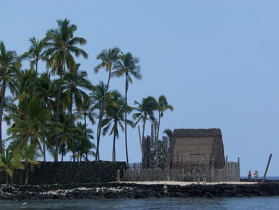 Honaunau, Hawái: Les Ki'i montent la garde devant le temple