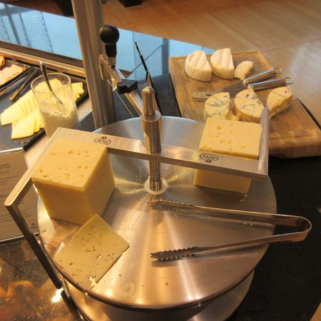 Vantaa, Finlandia: Cut your cheese yourself :) ! Breakfast Buffet, Hilton Helsinki Airport