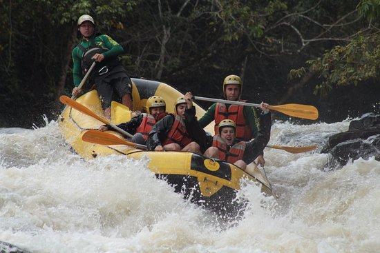 Brotas, SP: Equipe rafiting no rio jacaré