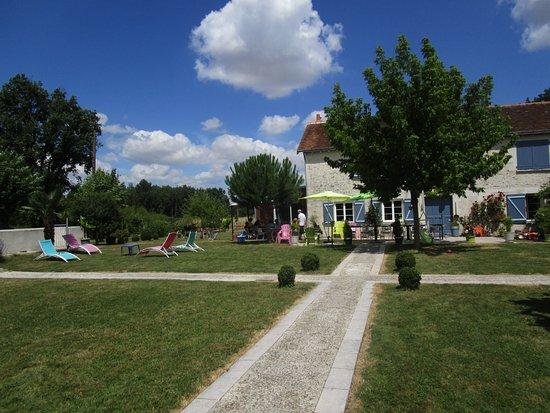 Richelieu, Франция: la piscine,entièrement close, à mi-chemin de chaque batiment