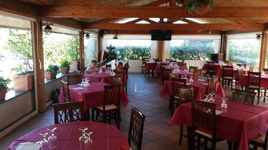 L'Angolo dei Sapori : Salle à manger ouverte et ombragée