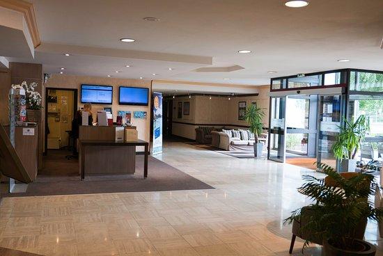 Herouville-Saint-Clair, Francia: Entrée de l'hôtel et du restaurant