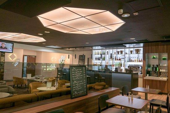 Herouville-Saint-Clair, Francia: vue sur le bar de la salle du petit déjeuner