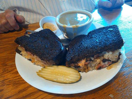 Lynden, واشنطن: Dutch Reuben Sandwich and Split Pea Soup