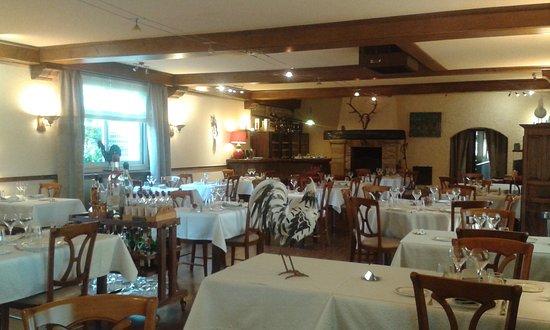 Auberge de la Tour: salle du restaurant renovée