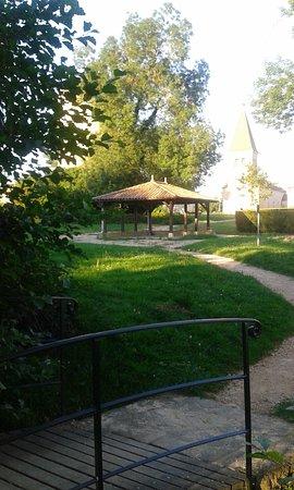 Auberge de la Tour: petit parc derrière l'hôtel restaurant