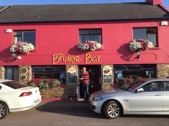 Portmagee, Ирландия: Evening view of the Bridge Bar.