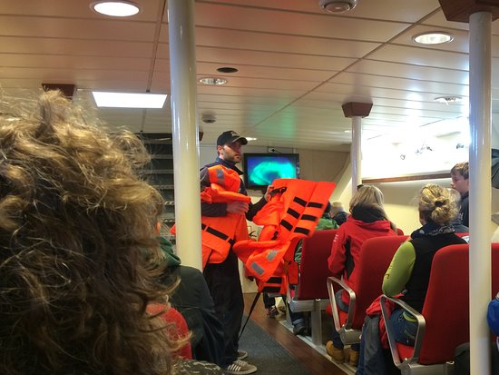 Andenes, Noruega: Lifejackets handed out for children inside cabin