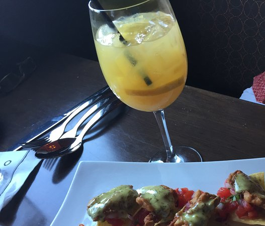 ‪‪Bryn Mawr‬, بنسيلفانيا: Fried oysters and white peach sangria.‬