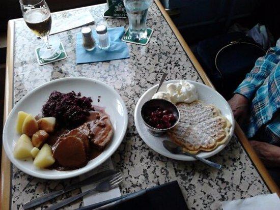 Büsum, Alemania: Rinder- und Schweinebraten mit Apfelrotkohl und Waffeln mit Kirschen und Portion Schlagsahne