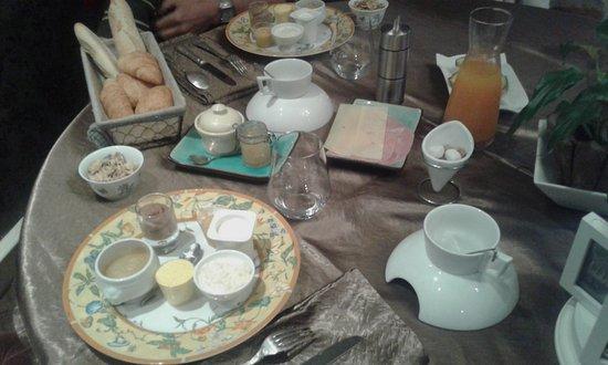 Saint-Saud-Lacoussiere, Frankrike: Petit déjeuner