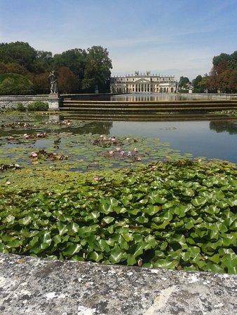 Stra, Italië: Veduta di Villa Pisani dalla residenza: sullo sfondo, il giardino d'acqua e le scuderie
