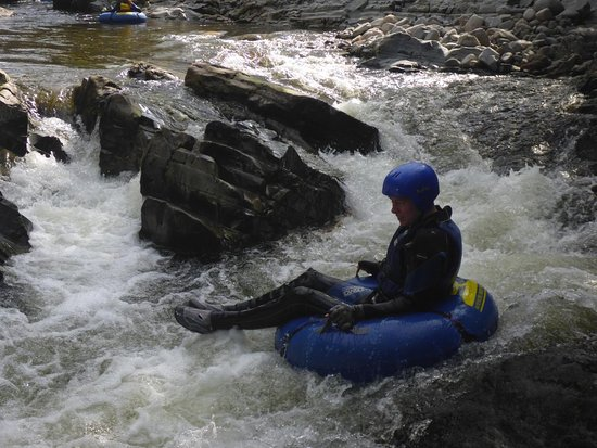 Aviemore, UK: Having fun on a tube on the water!