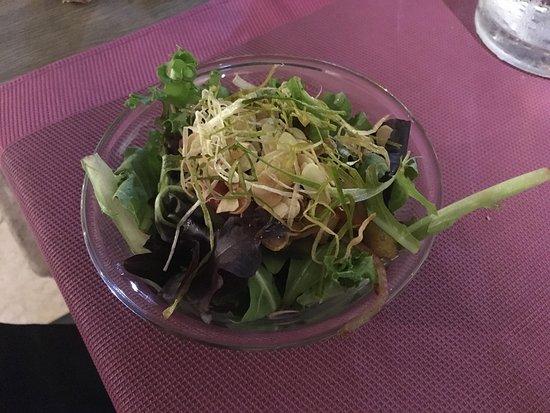 Besse-sur-Issole, Francia: Salade d'accueil, sympathique attention.
