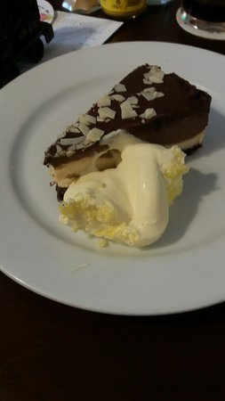 Fraddon, UK : Lovely desserts always on the menu but sometimes there's a real treat like this white and dark c