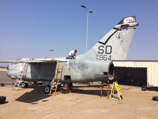 Chico, Kaliforniya: The A-7D Corsair got its tail and wings on August 20th, 2016!