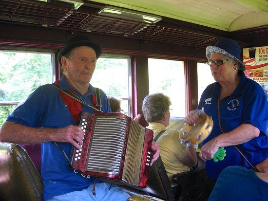 Arcade, État de New York : Vaudeville singers on the train