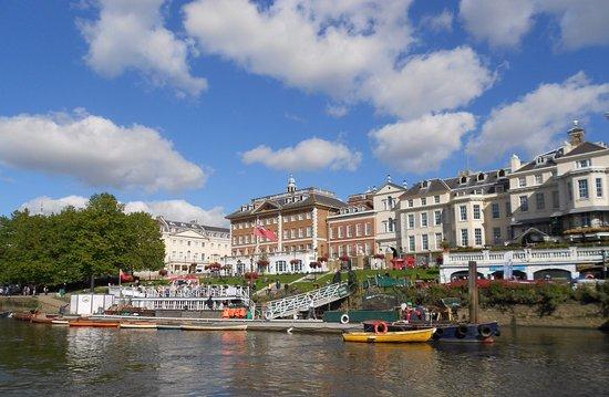 Richmond-upon-Thames, UK: Il lungofiume vicino al ponte