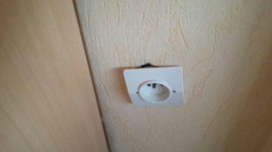 Prise lectrique c t fen tre chambre 102 photo de hotel for Prise de cote fenetre