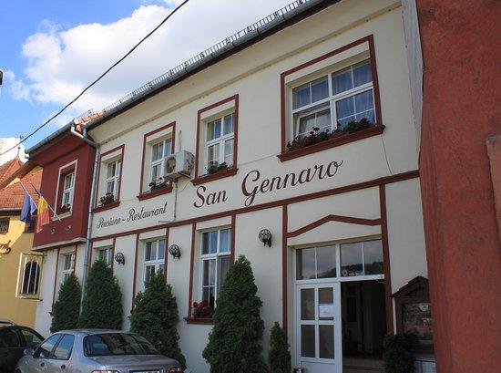 Pensiunea San Gennaro: Widok pensjonatu od ulicy.