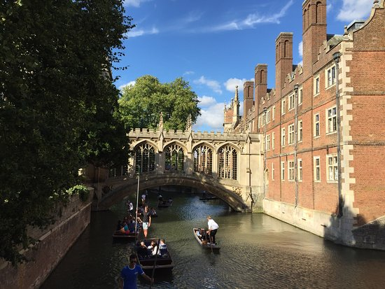 ‪‪St. John's College‬: Bridge of sighs and court‬