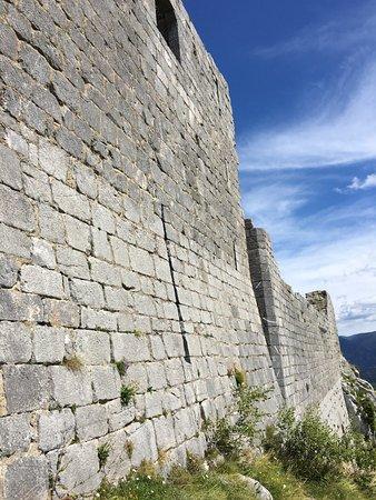 Montsegur, فرنسا: Le mur,du côté de l'entrée. Enorme!