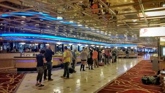 Nugget Casino Resort: Get there early to avoid check in lines like this