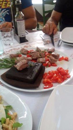 Roncofreddo, Italy: tagliata con pomodorini e rosmarino con piastra ollare