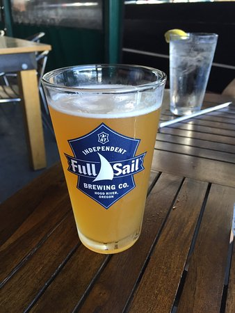 Sandy Springs, Gürcistan: Delicious pizza and beer on patio