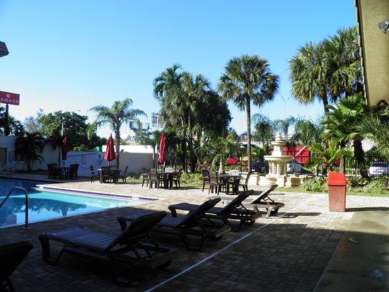 Ramada Hialeah/Miami Airport: giardino