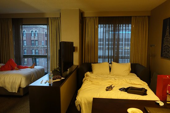 Hilton Chicago/Magnificent Mile Suites: Alcove two-doubles corner suite on the 16th floor